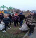 Трудовой десант по уборке территории сельской детской площадки